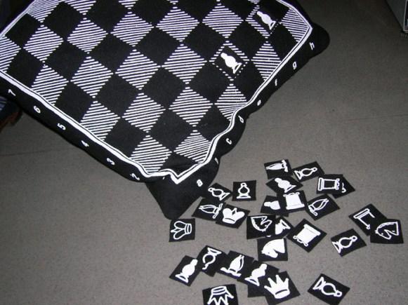 шахматная подушка